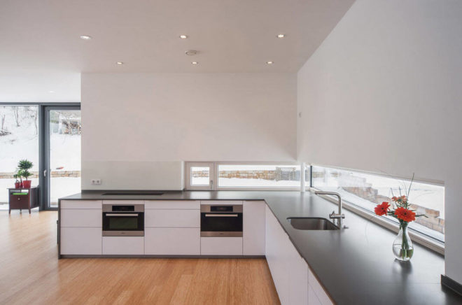 Дизайн кухни без верхних навесных шкафов