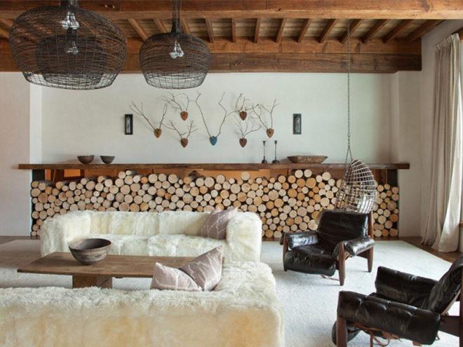 Гостиная в эко-стиле с деревянным потолком и дровами