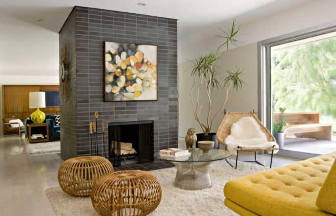 Комната в эко-стиле с камином