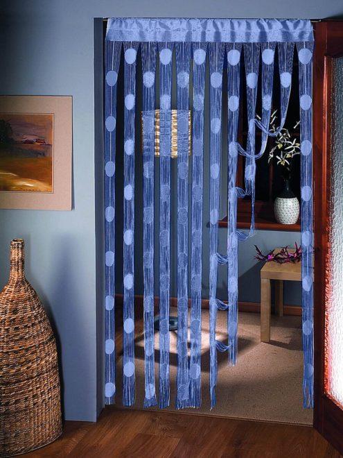 Синие нитяные шторы в дверном проёме