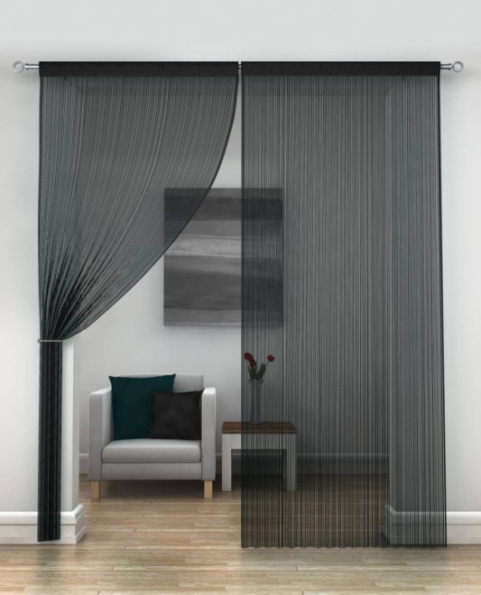 Тёмные шторы-нити над входом в комнату