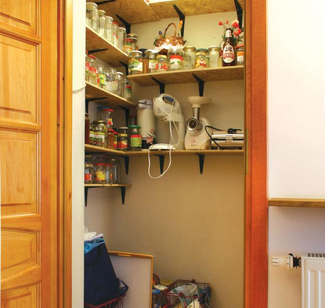 Кладовка для банок и кухонных приборов