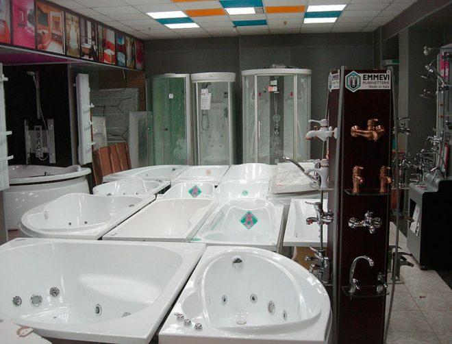 Выбор ванн в магазине