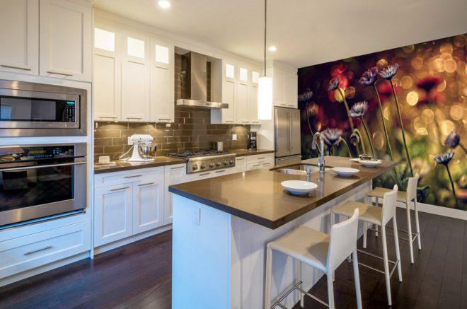 Яркие фотообои на кухне