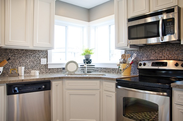 Кухонный гарнитур с угловой мойкой у окна