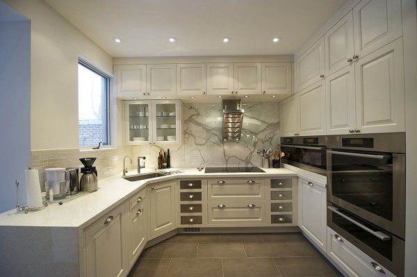 Белая угловая кухня с мойкой в углу