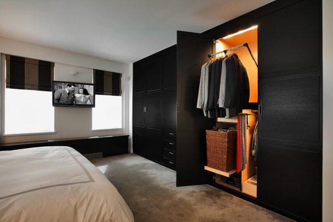 Функциональный шкаф с вешалкми, полками и ящиками