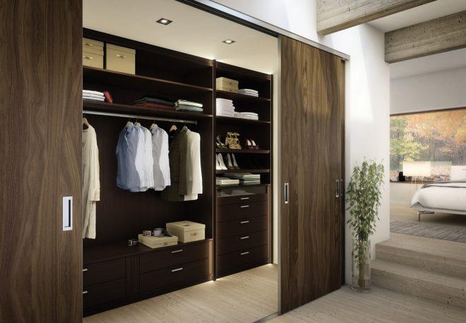 Шкаф в маленькой спальне с раздвижными дверями
