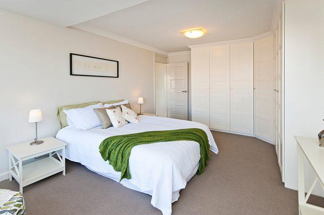 Угловой шкаф-гардеробная в спальне 15 кв. м