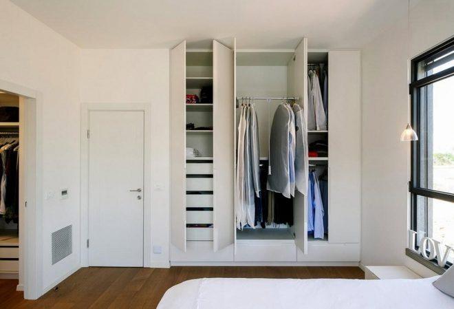 В нишу встроен шкаф-гардеробная
