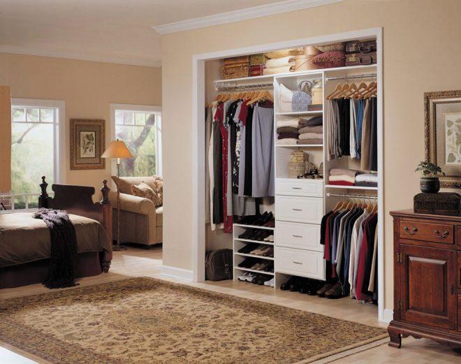 Углубление в комнате оборудована как встроенный шкаф
