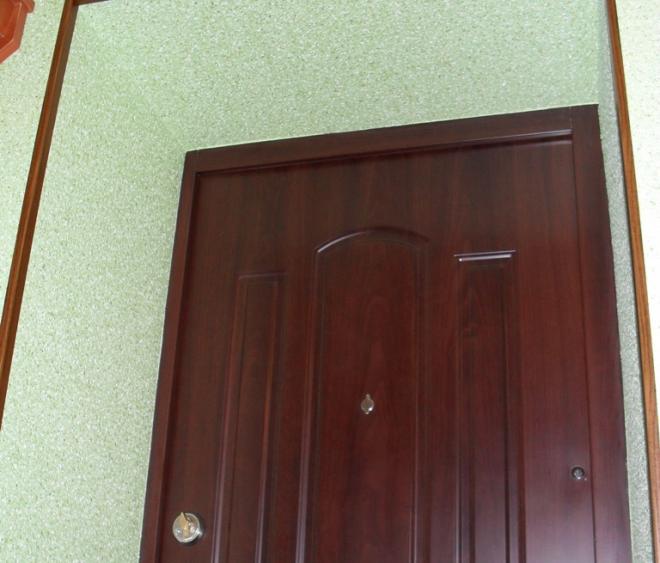 Откосы для входной двери из жидких обоев
