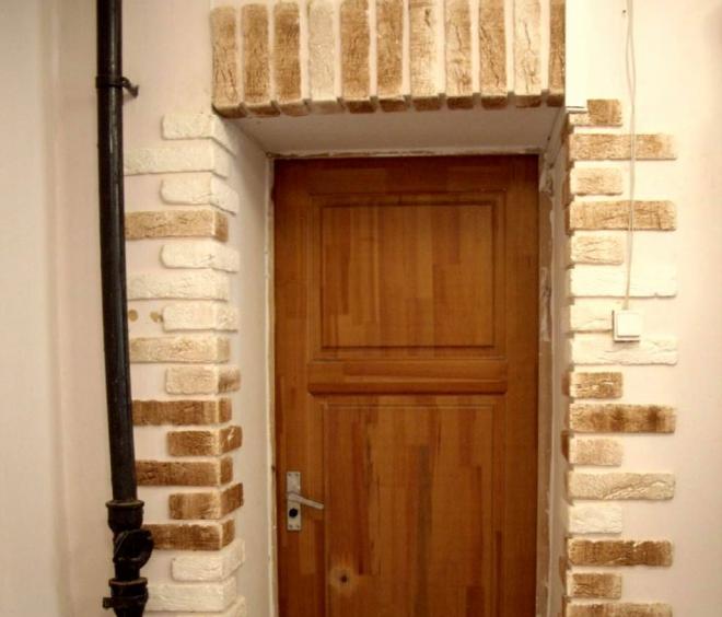 Декоративный камень в оформлении откосов для двери