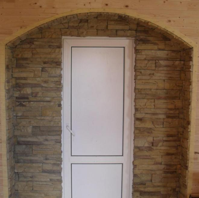 Откосы входной двери из декоративного камня