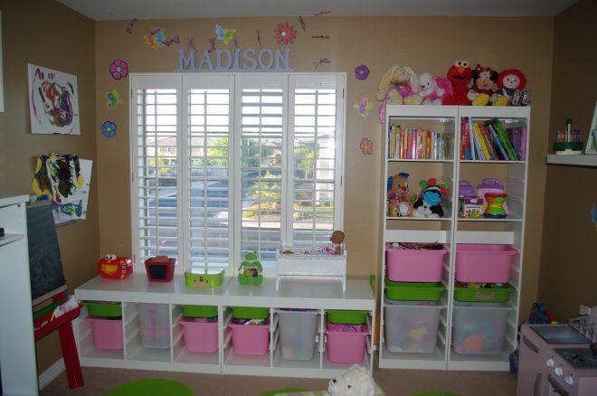 Разноцветные пластиковые корзинки для игрушек