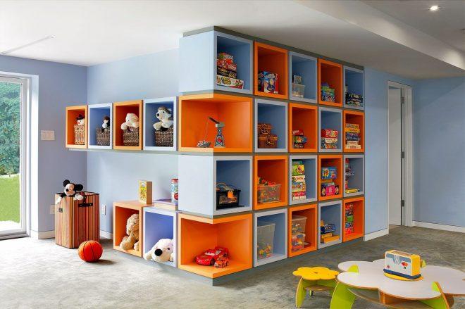 Разноцветные полки для хранения игрушек