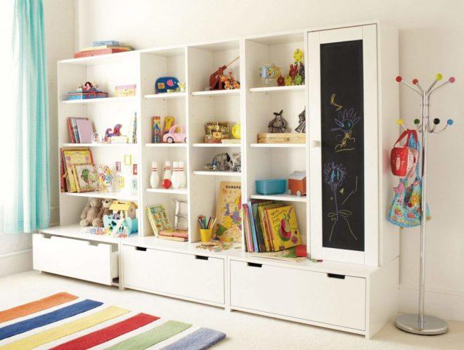 Шкаф с полками и выдвижными ящиками в детской