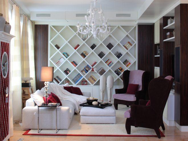 Дизайн гостиной с необычным стеллажом и креслами