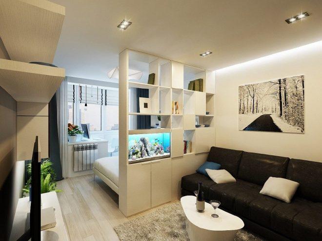 Кровать в гостиной за стеллажом