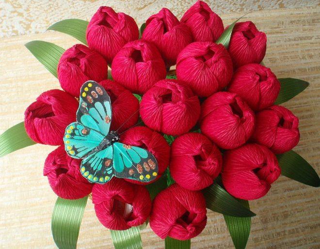 Букет красных тюльпанов из гофрированной бумаги