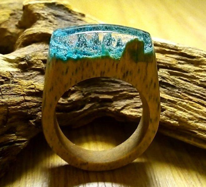 Кольцо из дерева и эпоксидной смолы