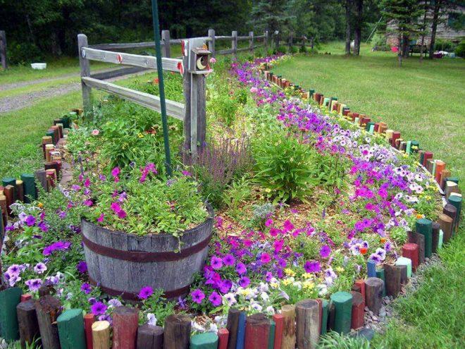 Ограда из разноцветных брёвнышек