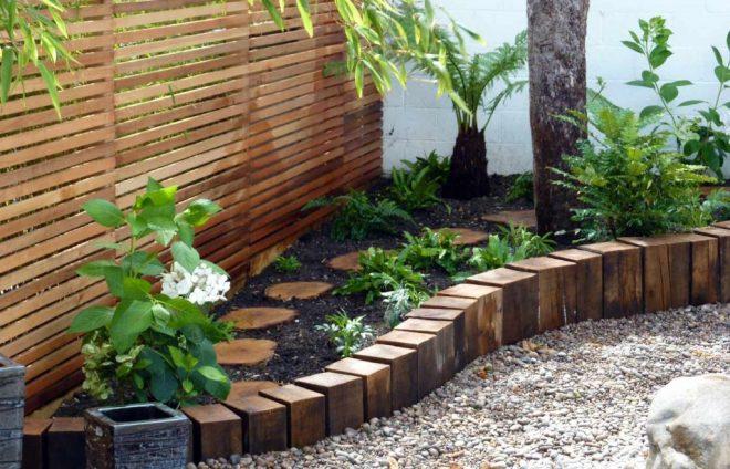 Ограда из деревянных чурбанов