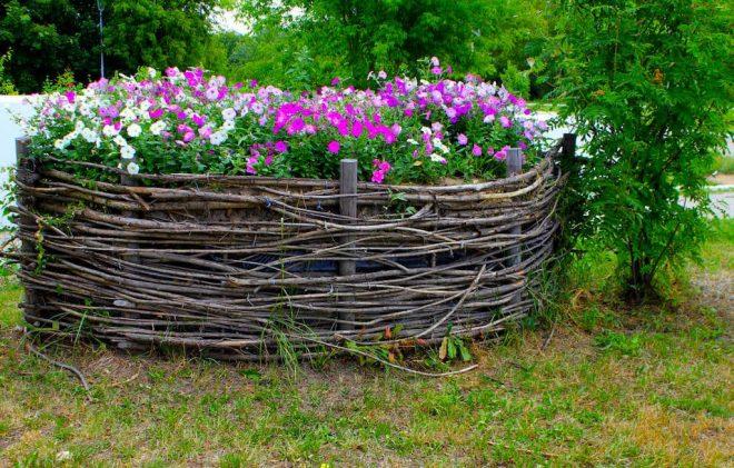 Ограда из веток для цветника