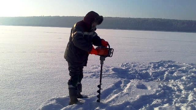 Зимняя рыбалка с ледобуром