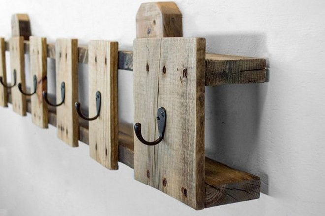 Вешалка из обрезков деревянной палеты