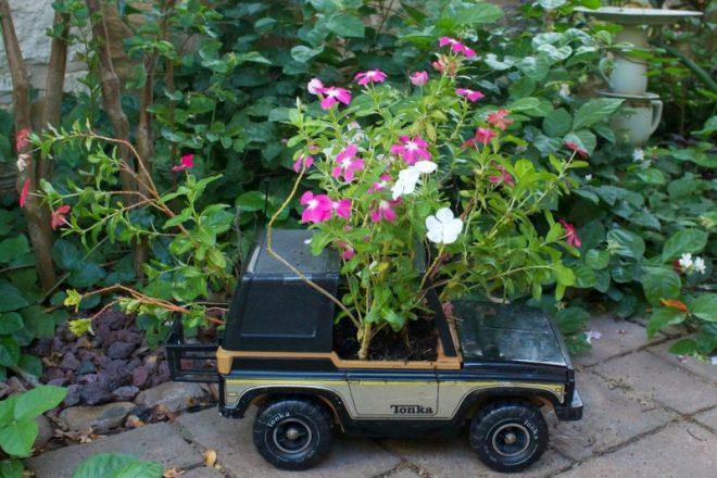Ящик для цветов из игрушечной машинки