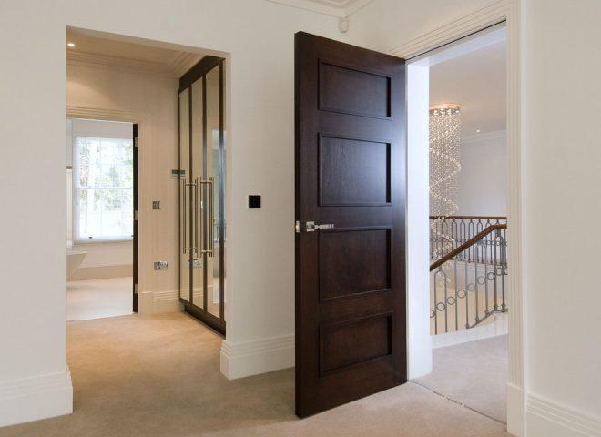 Тёмные двери и светлый пол в квартире