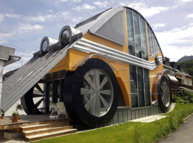 Дом в форме машины