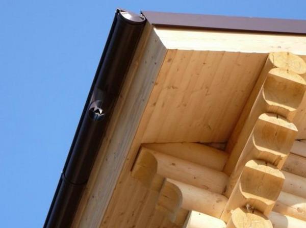 Подшивка крыши доской