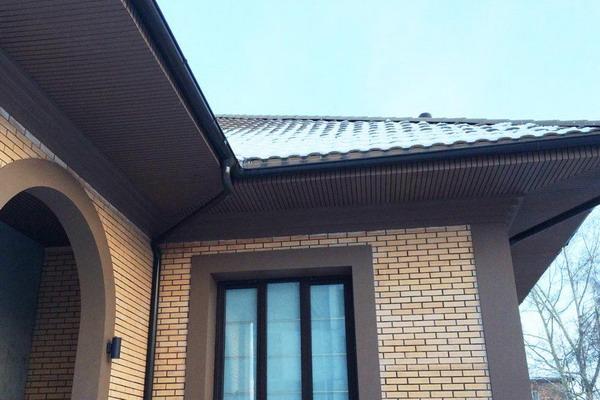 Подшивка крыши декингом