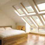 Простая спальня в чердачном помещении