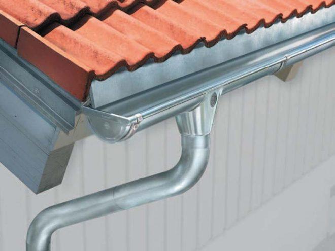 Металлический водосток крыши