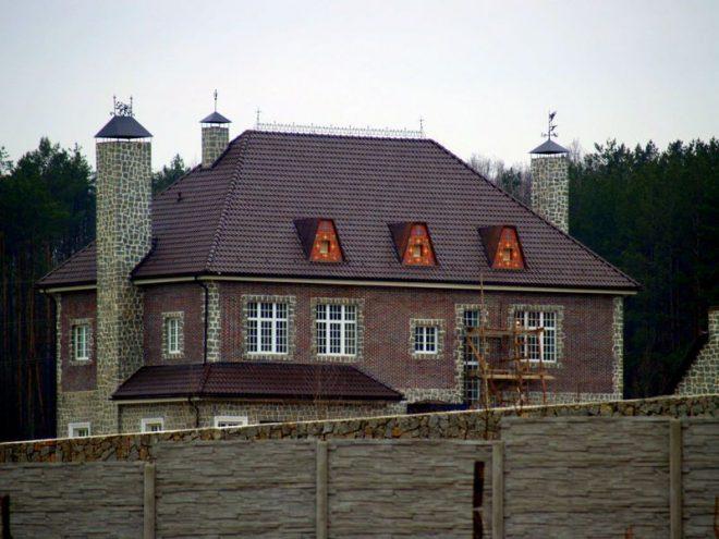 Строение с вальмовой крышей