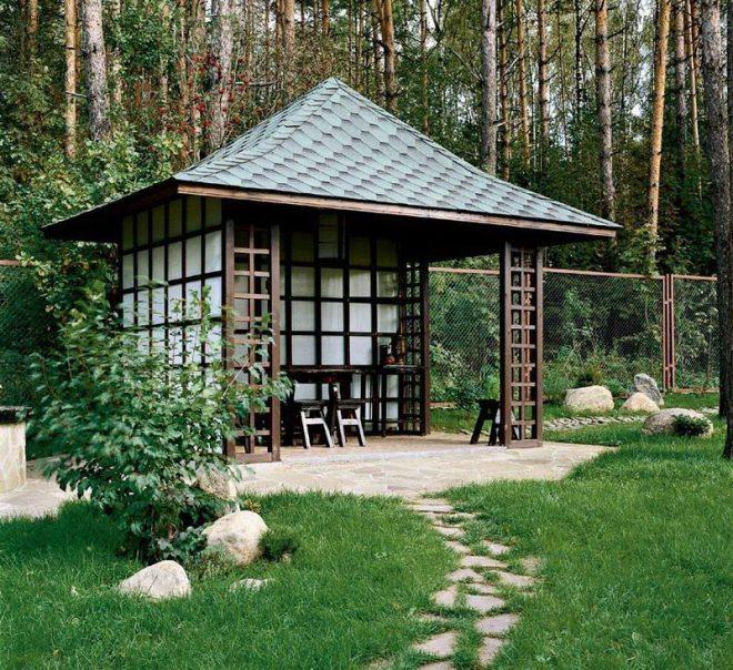 Квадратная беседка с вальмовой крышей