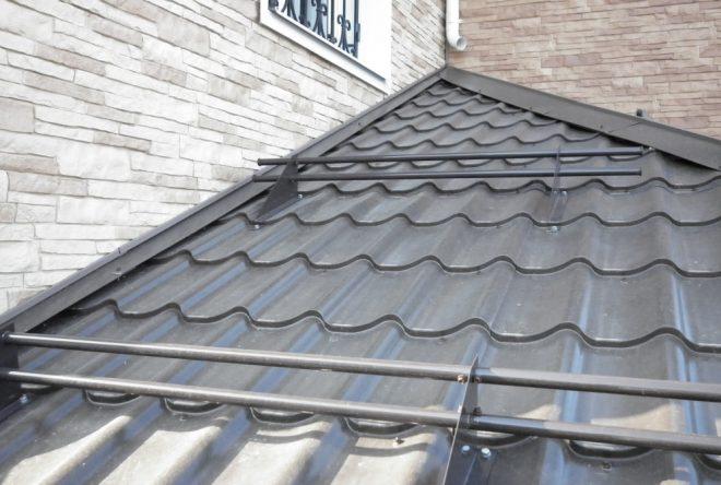 Снегозадержатели на крыше с большим наклоном