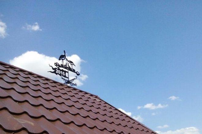 Флюгер в виде аистов на крыше