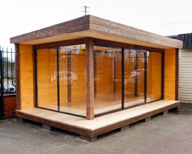 Закрытая беседка с односкатной крышей