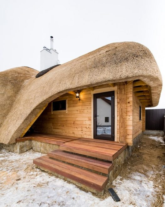 Баня с крышей из камыша