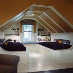 Встроенные диваны в мансарде