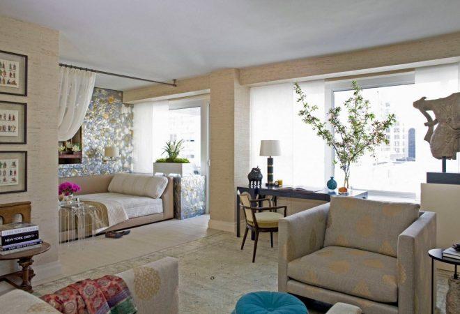 Уютный интерьер просторной комнаты