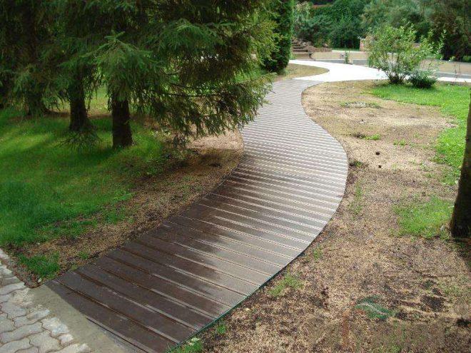 Садовая дорожка из деревянных досок