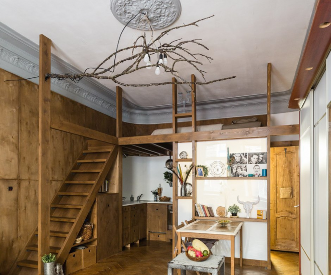Дизайн двухъярусной студии с деревянными элементами
