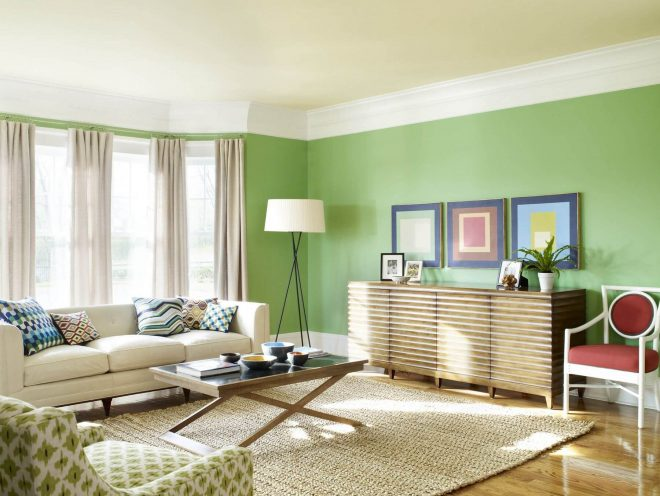 Интерьер комнаты с зелёными стенами