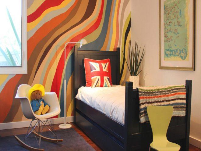 Комната с ярким абстрактным рисунком на стене