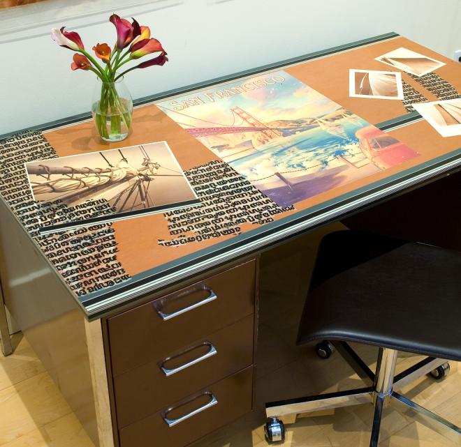 Письменный стол с рисунком на столешнице